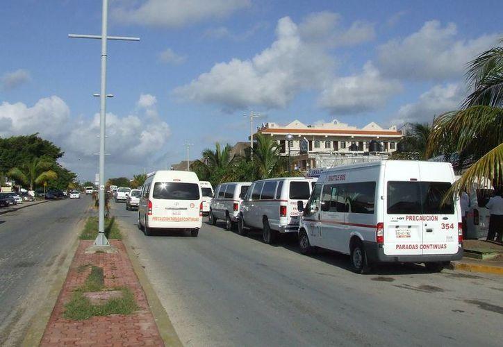Transportistas foráneos de Playa del Carmen y de Cancún dan servicio en la ruta correspondiente al noveno municipio. (Rossy López/SIPSE)