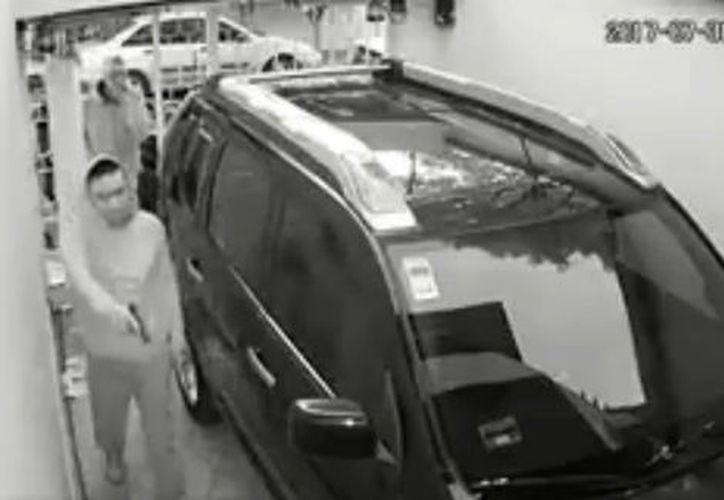 Las cámaras también captaron cuando los delincuentes huyen con el botín. (Milenio)