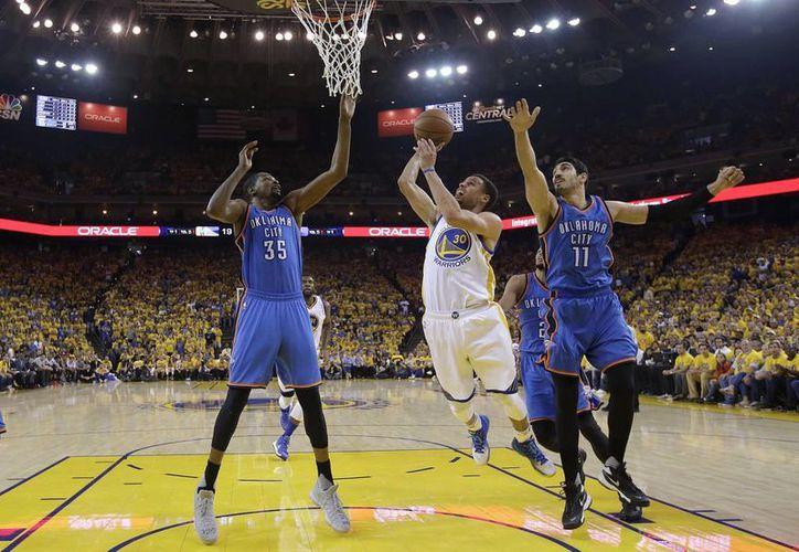 Una vez más Stephen Curry y sus compañeros vinieron de atrás en el marcador para poder superar a Thunder y calificar a la final de la NBA por segundo año al hilo. Ahora se volverán a enfrentar a Cavaliers, como en 2015. (AP)
