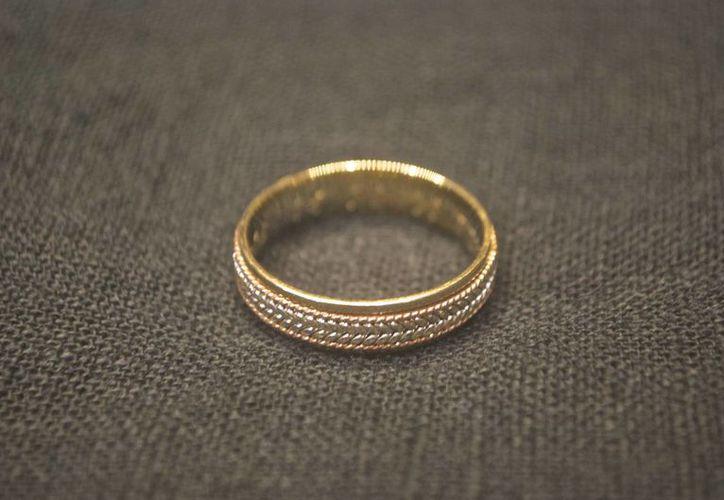 """El anillo, encontrado en el fondo del mar en Playa del Carmen, tiene la inscripción: """"JESSICA 16 02 13 TYYJCEM"""". (Cortesía/Notimex)"""