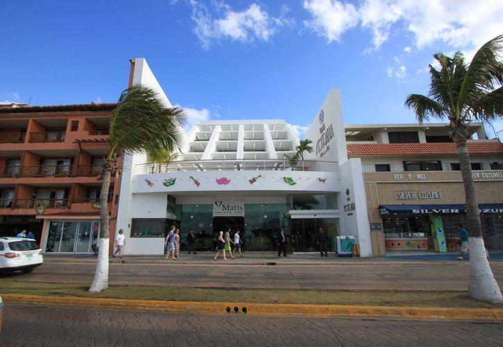 Un turista canadiense falleció tras caer del tercer piso de un hotel del centro de Cozumel. (Gustavo Villegas/SIPSE)