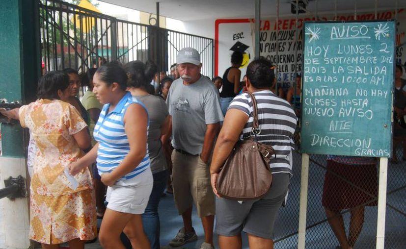Padres de familia fueron informados sobre el paro de actividades. (Tomás Álvarez/SIPSE)