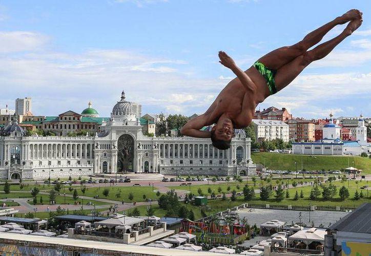 Jonathan Paredes ganó medalla de plata en los clavados de altura, en el Campeonato Mundial de Natación. (AP)