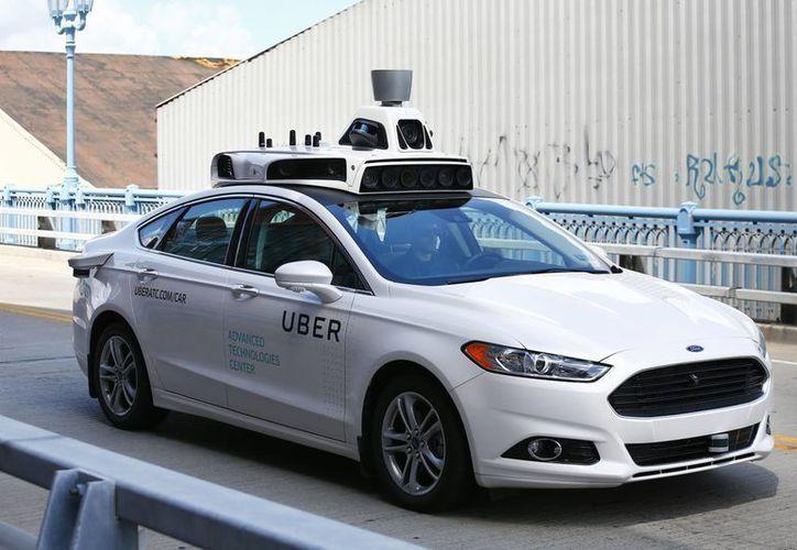 Un Ford Fusion autónomo de prueba es conducido el jueves, 18 de agosto de 2016, en Pitsburg, EU. Uber informó que dentro de unas semanas ofrecerá servicio con vehículos sin conductor en Pittsburg. (Foto: AP/Jared Wickerham)
