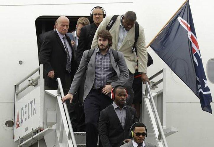 Robert Kraft, dueño de Patriots de Nueva Inglaterra, preside la llegada de jugadores y cuerpo técnico a Arizona, sede del Super Bowl que se realizará este domingo. (Foto: AP)