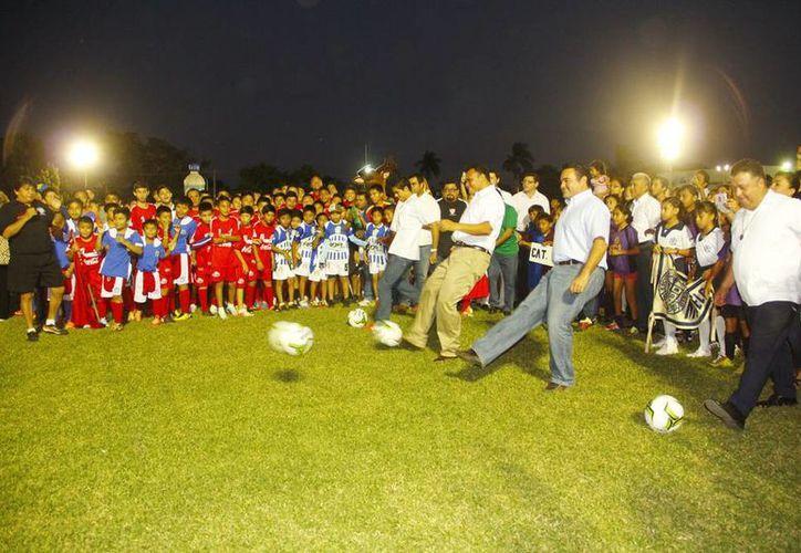 El gobernador, Rolando Zapata, y el alcalde, Renán Barrera, dieron la patada de inicio del torneo. (Milenio Novedades)