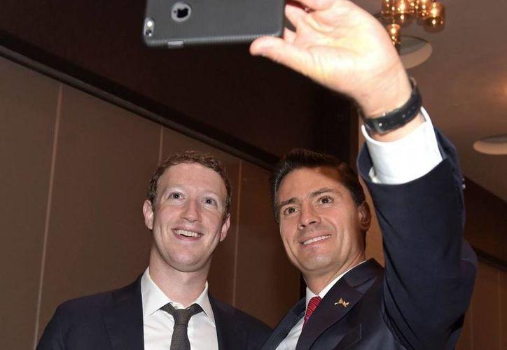 Al Foro Empresarial de la Cumbre de las Américas asistió Mark Zuckerberg, dueño de Facebook, con quien Peña Nieto se tomó una 'selfie'. (Presidencia)