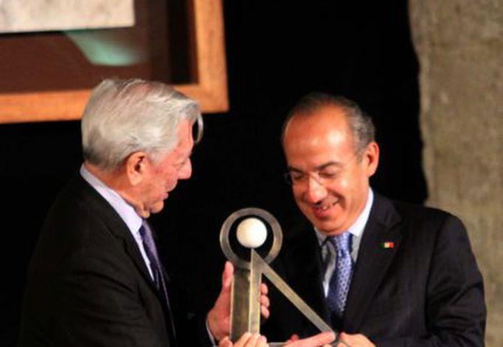 """Felipe Calderón entregó a Vargas Llosa, el Premio Internacional """"Carlos Fuentes"""". (Notimex)"""