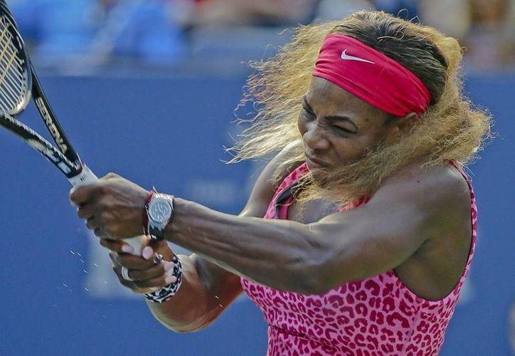 Serena Williams se impuso por 6-1, 6-3 a Ekaterina Makarova y amplió a 20 su racha de triunfos consecutivos en el US Open. (AP)