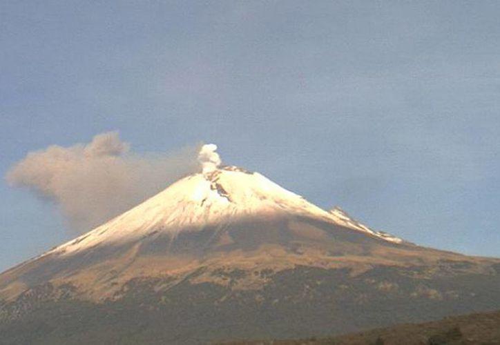 El volcán fue captado esta mañana emitiendo una columna de ceniza. (webcamsdemexico.com)