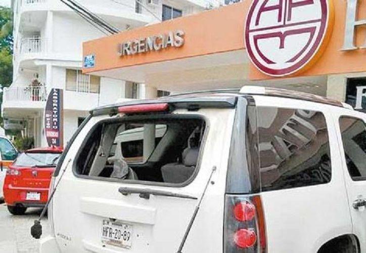 Este es el vehículo en el que viajaba la alcaldesa Elizabeth Gutiérrez Paz al momento del atentado. Ella asegura que ya son 10 veces las que ha sido víctima de ataques. (Milenio)