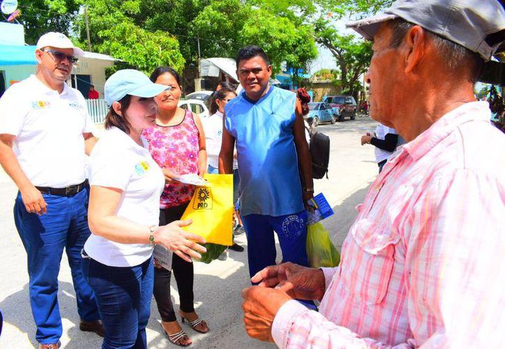 """Afirma la candidata a diputada federal por el Distrito 04 de la coalición """"Por Quintana Roo al Frente"""" que la economía familiar es una de las principales preocupaciones de la gente. (Redacción/SIPSE)"""