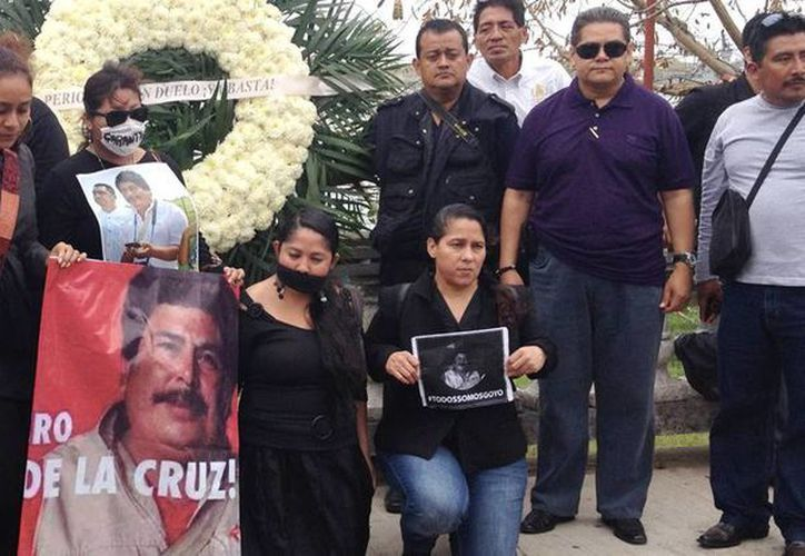 Periodistas posan con imágenes de Gregorio Jiménez de la Cruz, quien había sido secuestrado, durante su funeral en Veracruz, México. (EFE/Archivo)