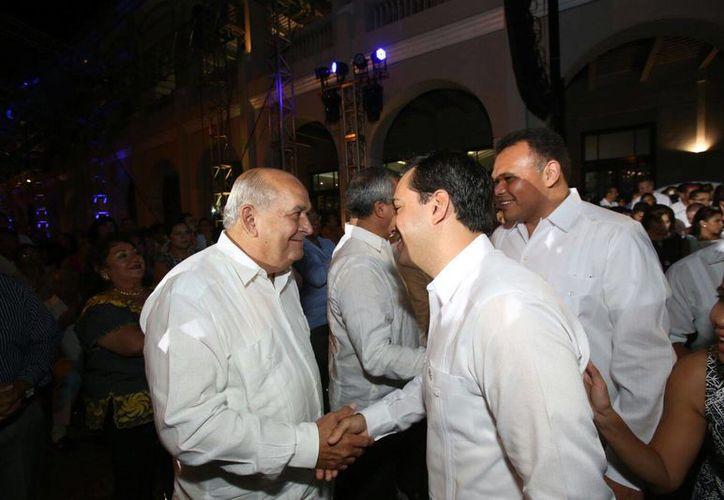 El exalcalde de Mérida, Xavier Abreu Sierra (i), saluda a Mauricio Vila en el marco de la toma de posesión de este último como alcalde de Mérida. A la derecha, el gobernador Rolando Zapata. (Jorge Acosta/SIPSE)
