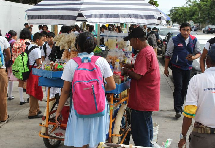 Existen entre dos o tres ambulantes frente a las escuelas vendiendo comida chatarra sin supervisión. (Joel Zamora/SIPSE)
