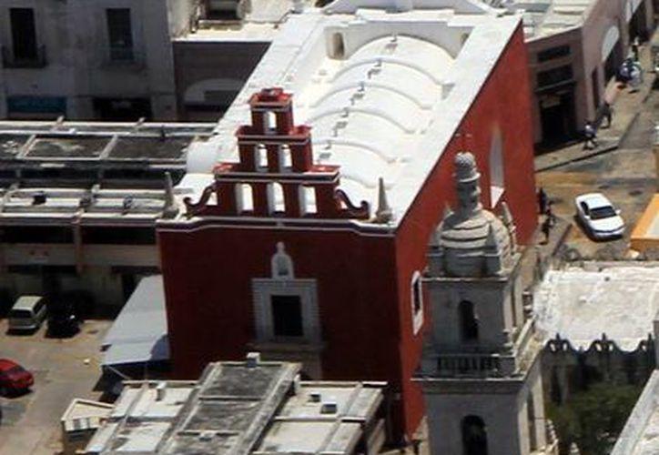 El edificio del Templo San Juan de Dios un recibió mantenimiento de rescate integral de su fachada con el uso original de colores, rojo, blanco, así como la reposición de algunas piezas hechas en estuco que el tiempo había destruido. (Milenio Novedades)