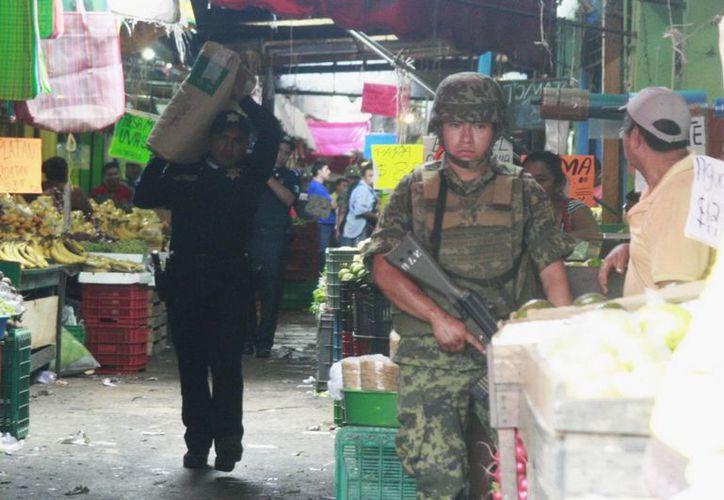 Cuatro hombres y una mujer fueron detenidos en local 'San Marcos', sitio donde se encontró la pirotecnia. (Jorge Sosa/SIPSE)