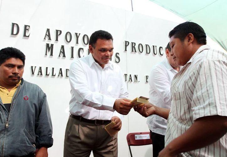 El Gobernador entregó personalmente los apoyos a algunos productores. (Milenio Novedades)