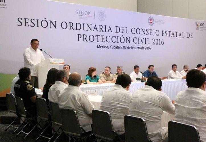 En el marco de la primera sesión extraordinaria del Consejo Estatal de Salud, se dieron a conocer medidas sin precedente para combatir al mosco transmisor del dengue, zika y chikungunya. (José Acosta/SIPSE)