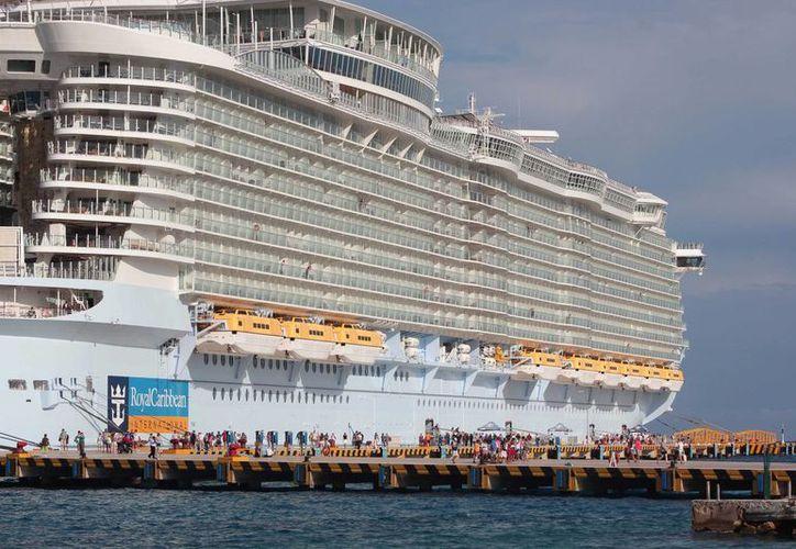 El pasajero de crucero que fue rescatado tras permanecer a la deriva, podría ser demandado por la naviera. (Gustavo Villegas/SIPSE )