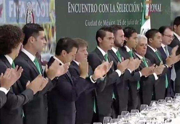 Jugadores del Tri durante la comida en Los Pinos. (Twitter Presidencia Mexico)