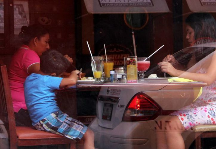 El calor obligó a las familias a buscar productos refrescantes. (José Acosta/SIPSE)