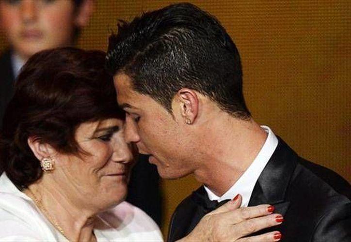 Paulo Sosa relata la historia de la madre del astro portugués Cristiano Ronaldo en su nuevo libro. (dailymail.uk)