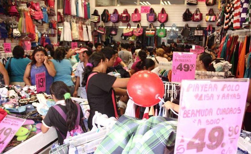 Las ofertas y promociones de meses sin intereses en tarjetas de crédito son factores importantes para mantener las ventas este fin de semana en muchos comercios de Mérida. (SIPSE)