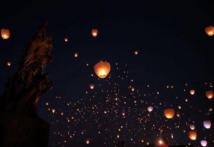 Los globos de Cantoya suelen confundirse con ovnis. Con motivo de los cierres de campaña, varios candidatos en Yucatán utilizaron esos artefactos, lo que generó reportes de supuestas naves extraterrestres. (Jorge Moreno/SIPSE)