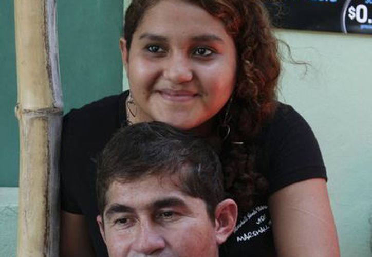 Fátima, la hija menor del náufrago, lo abrazó con toda su fuerza apenas lo vio llegar. (Agencias)