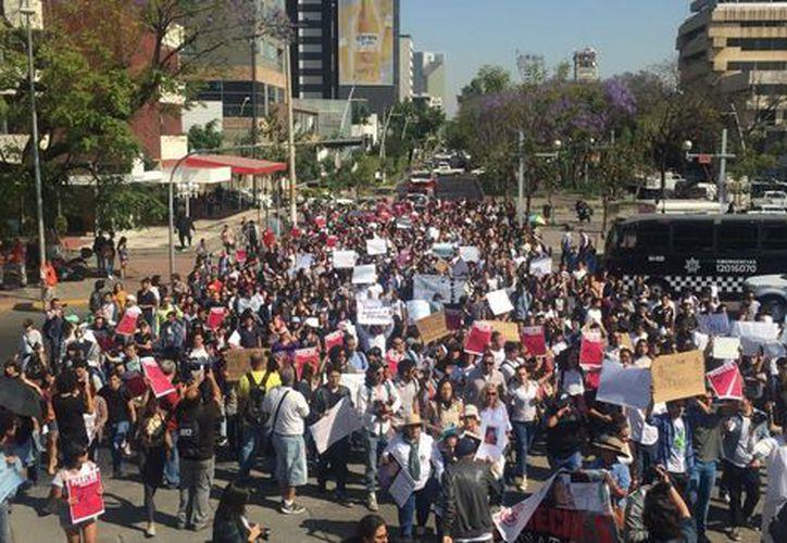 Los manifestantes partieron de la universidad, ubicada en la calle Miguel Lerdo de Tejada. (Nacho Reyes/Milenio)