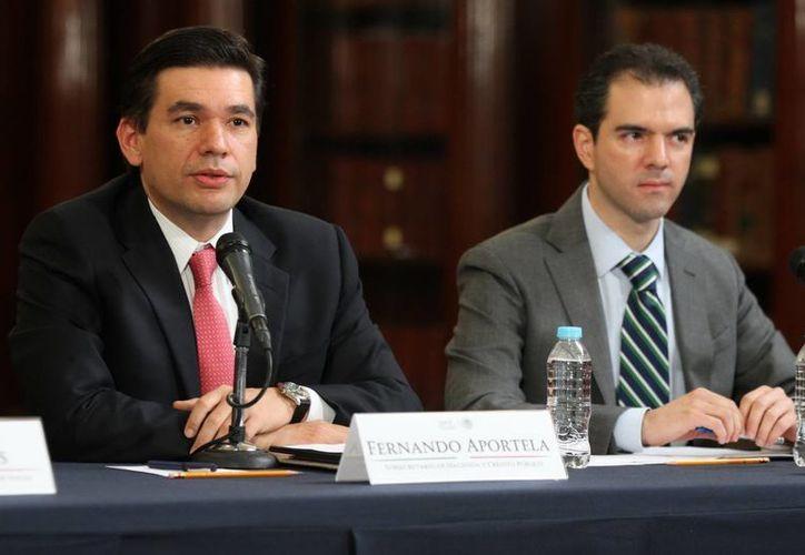 El subsecretario de Hacienda, Fernando Aportela, y el titular de la Unidad de Planeación Económica de la Hacienda Pública, Ernesto Revilla, en conferencia de prensa hablaron de la evolución económica. (Notimex)
