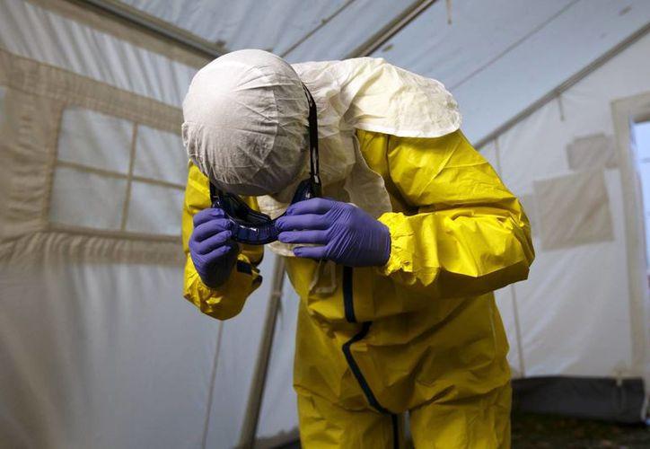 Un trabajador sanitario realiza un entrenamiento práctico conjunto de trabajadores de la Federación Internacional de la Cruz Roja (FICR) y de la ONG Médicos sin Fronteras previo a su viaje a los países de África afectados por el ébola en la sede de la FICR en Ginebra, Suiza. (EFE)