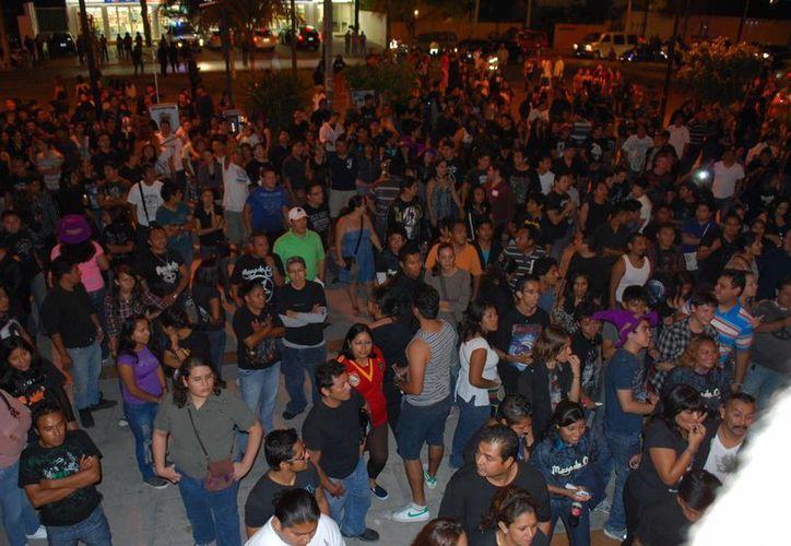 Los seguidores de los españoles expresaron su molestia al saber que ya no podrían corear las famosas canciones del grupo. (Tomás Álvarez/SIPSE)
