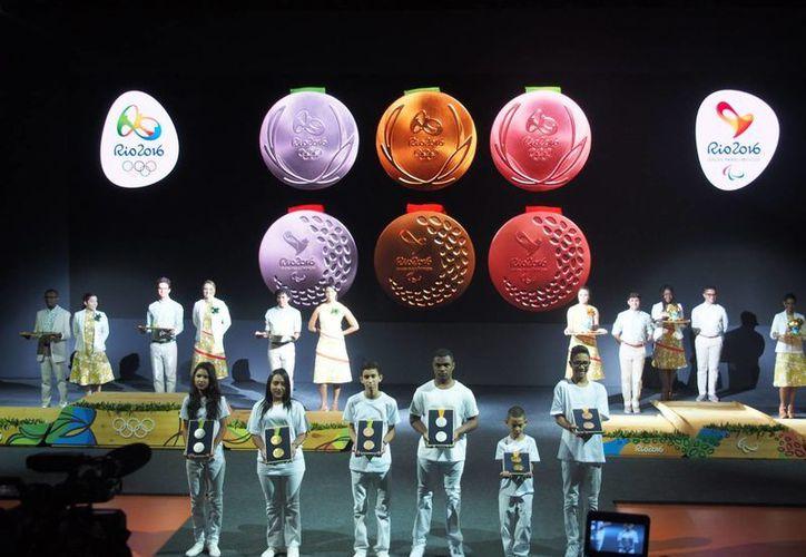 Este martes se realizó la presentación de las medallas que se entregarán en los Juegos Olímpicos de Río 2016. (Notimex)