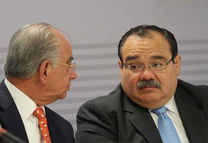 Ramírez Marín (der.) aseguró que se trabaja con actores sólidos en la materia. Le acompaña  Jesús Alberto Cano, director de Sociedad Hipotecaria Federal. (Notimex)