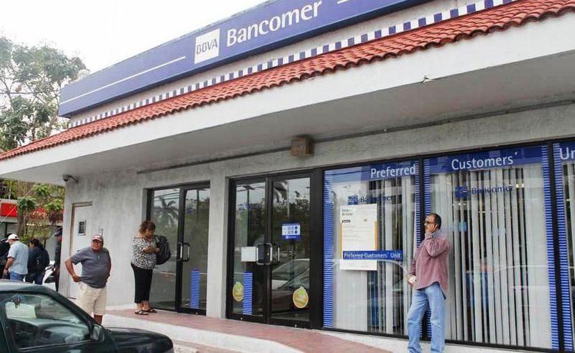 Las instituciones bancarias suspenderán sus operaciones al público este lunes 16. (Archivo/Sipse)