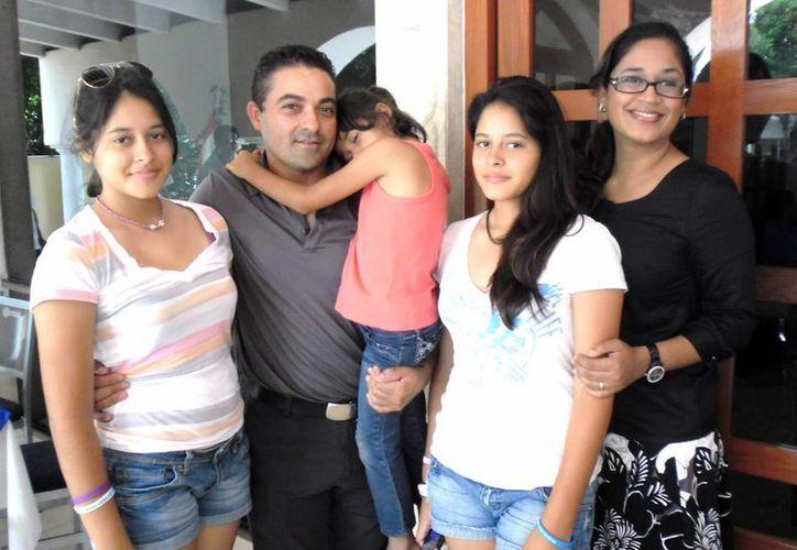 Oswaldo Morejón, con su esposa e hijas. (Jesús Erosa/SIPSE)