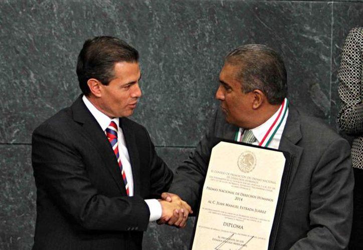 Peña Nieto invitó a Juan Manuel Estrada a aportar ideas para la Ley General de los Derechos de Niños recién promulgada. (Notimex)
