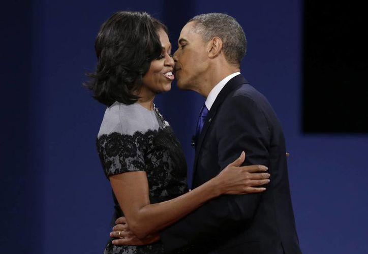 El presidente de EU, Barack Obama, besa a su esposa Michelle durante un tercer debate presidencial en la Universidad de Lynn, en Boca Ratón, Florida. (Foto: AP)