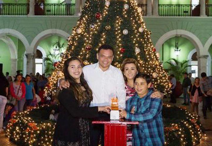 El Gobernador Rolando Zapata Bello acompañado de su familia y personajes navideños. (Milenio Novedades)