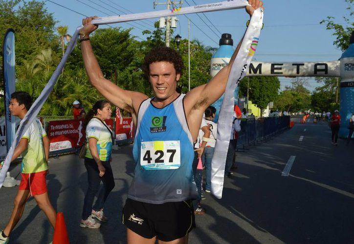 Víctor Arroyo Bugallo al momento de cruzar la meta. (Milenio Novedades)