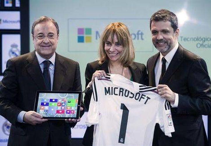 Florentino Pérez, presidente del Real Madrid, María Garaña y Orlando Ayala, ambos de Microsoft, durante la presentación del acuerdo en el palco de Honor del estadio Santiago Bernabéu. (EFE)