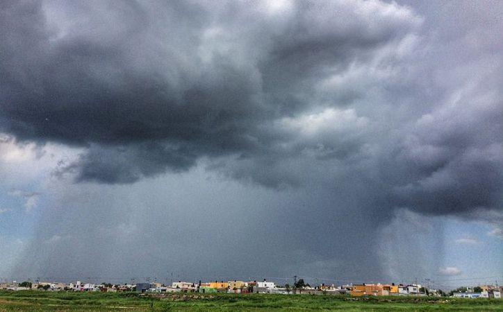 La lluvia intensa se presentó en buena parte de la ciudad. (Foto: Twitter @eit1mx)