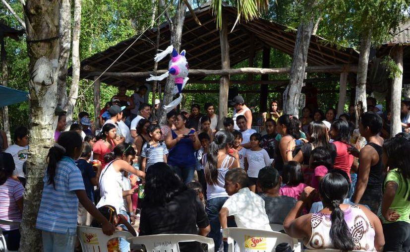 Niños y adultos estuvieron presentes en el convivio organizado en el fraccionamiento. (Yenny Gaona/SIPSE)