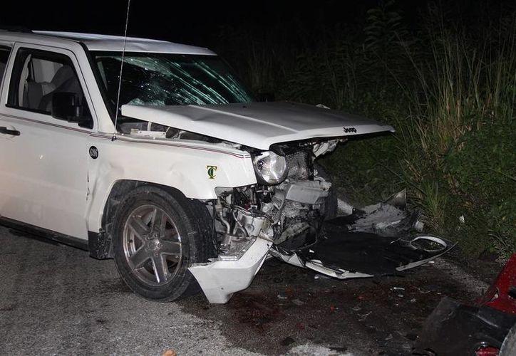 Una camioneta color blanco marca Jeep tipo Patriot, color blanco, resultó dañada. (Manuel Salazar/SIPSE)