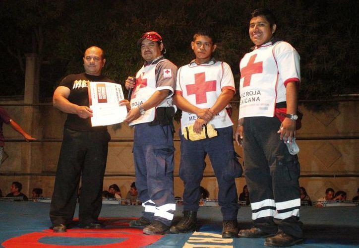 El dinero recaudado durante la velada fue entregado a los representantes de la Cruz Roja. (Miguel Maldonado/SIPSE)