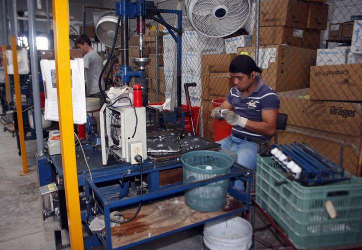 El sector industrial es el que paga los mejores sueldos en la entidad, según la Canacintra. (Milenio Novedades)