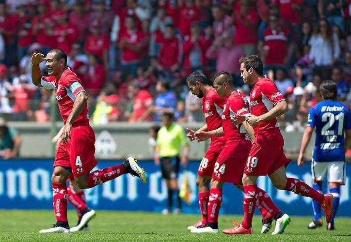 Paulo da Silva celebra con sus compañeros el tanto que dio el triunfo al Toluca ante el Cruz Azul. (Facebook/Deportivo Toluca Futbol Club)