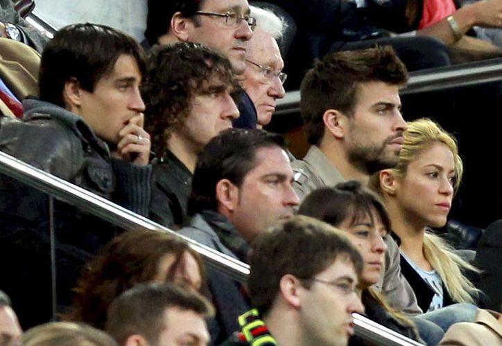 Shakira (d) dio a conocer desde septiembre que se encontraba embarazada. A su lado aparece Piqué. (EFE)